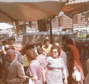 Eccomi nel 1978, quando il Mercato Trionfale di Roma si trovava ancora lungo il marciapiede di via Andrea Doria